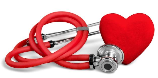 Cuore rosso e uno stetoscopio su sfondo