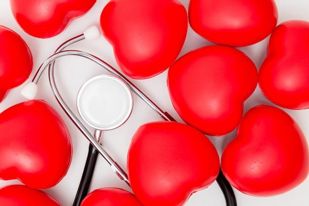 Cuore rosso e uno stetoscopio