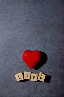 Cuore rosso con i blocchi che visualizzano il messaggio di amore