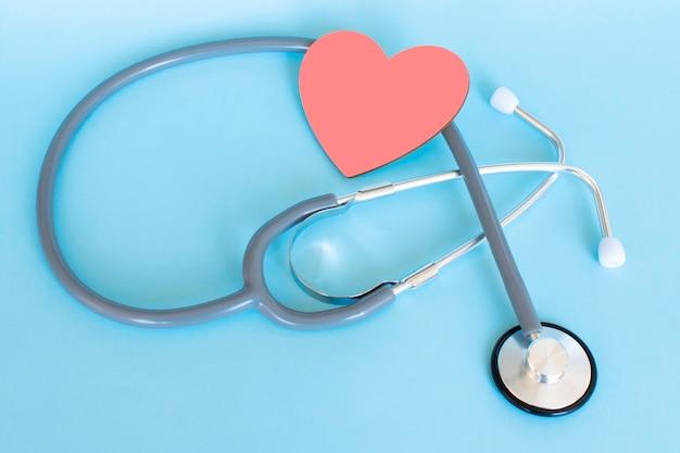 Cuore rosso con il concetto di assicurazione sanitaria dello stetoscopio