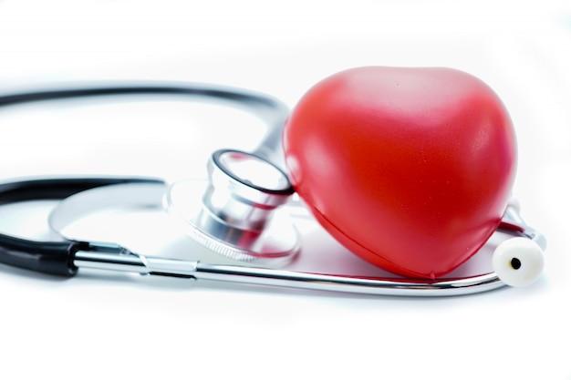 Cuore rosso con stetoscopio
