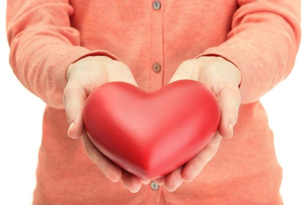 Cuore rosso nelle mani della donna, primo piano