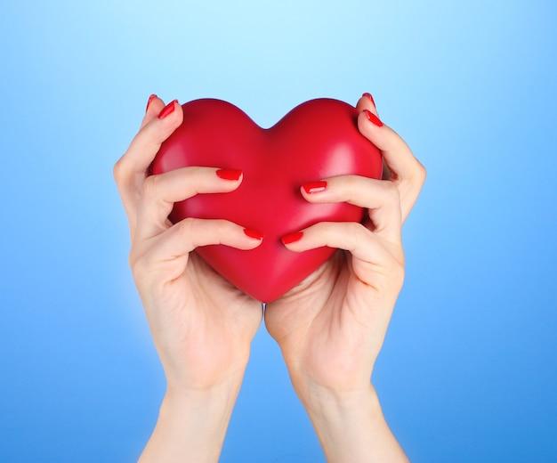 Cuore rosso nelle mani della donna woman
