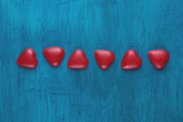 Cuori rossi su sfondo blu.