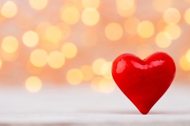 Cuori rossi sullo sfondo bokeh. sfondo di san valentino.