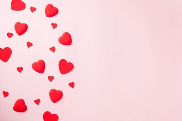 Cartolina d'auguri di composizione di cuori rossi per amore san valentino