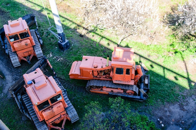 Bulldozer pesanti rossi in un cantiere edile