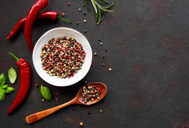 Calli e baccelli di peperoncino rosso caldo sul tavolo scuro, vista dall'alto