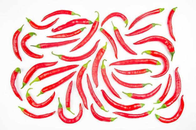 Peperoncini piccanti su una superficie bianca