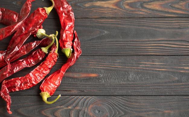 Peperoncini roventi su un tavolo di legno