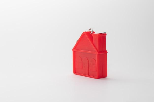 Modello di casa rossa su bianco