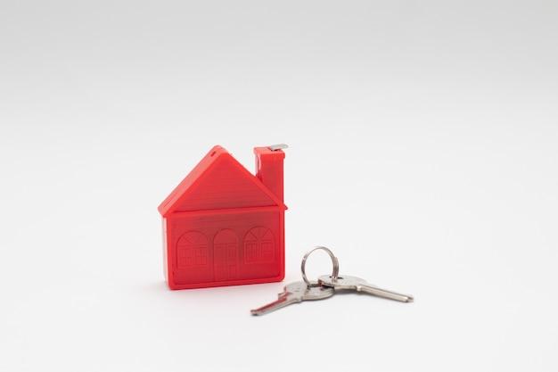 Modello red house con chiavi. immobiliare.