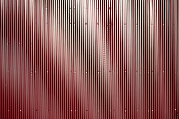 Recinzione in ferro rosso. scherma del territorio. sfondo luminoso