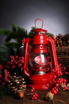 Lampada a cherosene rossa su sfondo scuro