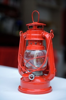 Lampada a cherosene rossa sul tavolo