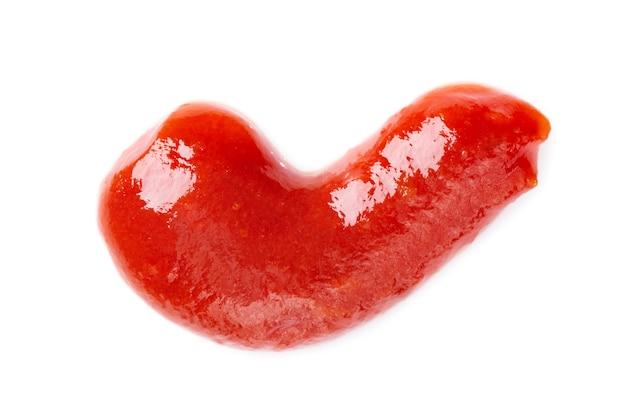 Spruzzata di ketchup rosso isolato su priorità bassa bianca. trama astratta di salsa di pomodoro.