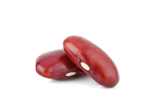 Fagiolo rosso isolato su sfondo bianco. macro