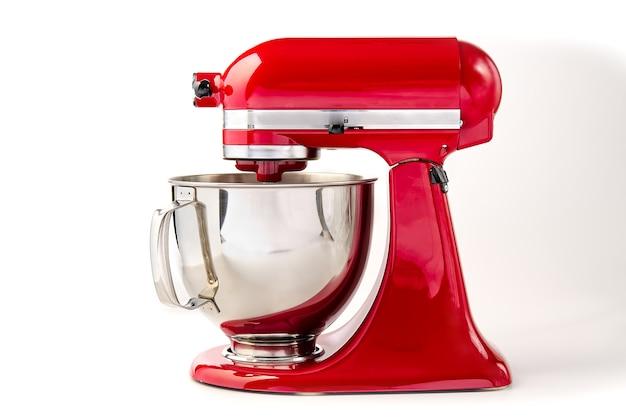 Miscelatore da cucina rosso con ciotola su bianco