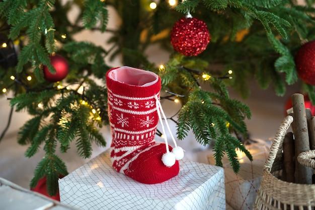 Calzino rosso lavorato a maglia con ornamenti