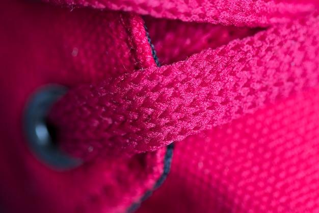 Lacci rossi sul primo piano delle scarpe da ginnastica. riprese macro