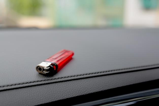 In macchina c'è un accendino rosso.