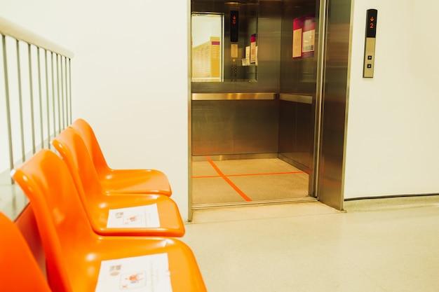 Linea rossa all'interno di una posizione eretta dell'elevatore per la prevenzione di covid-19.