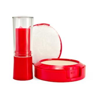 Rossetto rosso e polvere per bambini isolati su sfondo bianco