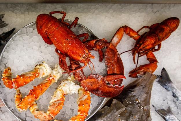 Astice rosso con altri frutti di mare su ghiaccio.