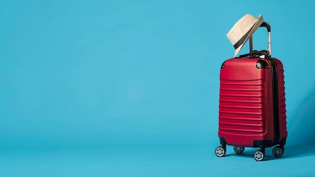 Bagaglio rosso con copia-spazio