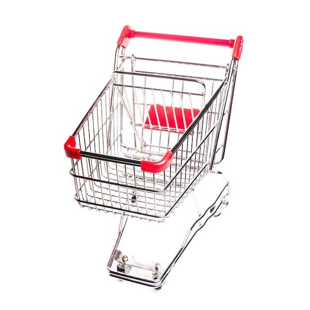 Carrello della spesa in metallo rosso isolato su sfondo bianco