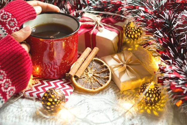 Tazza rossa con tè e decorazioni natalizie