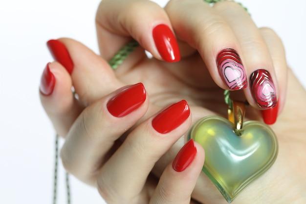 Manicure per unghie rosse