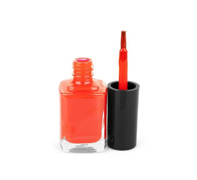 Bottiglia di smalto rosso su sfondo bianco