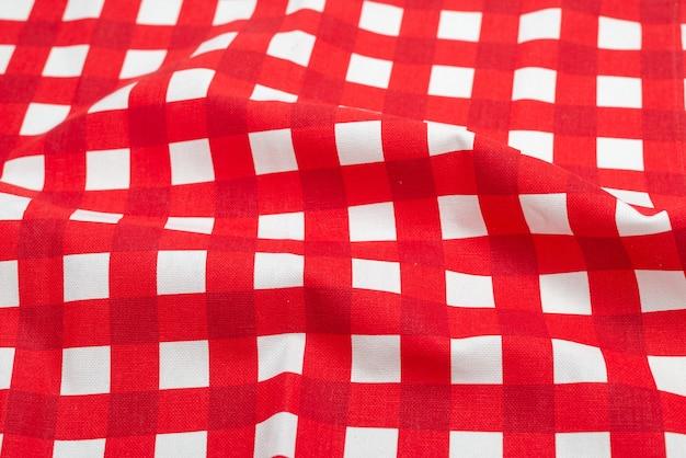 Tovagliolo rosso isolato su superficie bianca