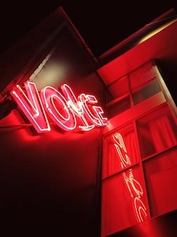 Insegna al neon rossa su una discoteca in una notte di strada della città