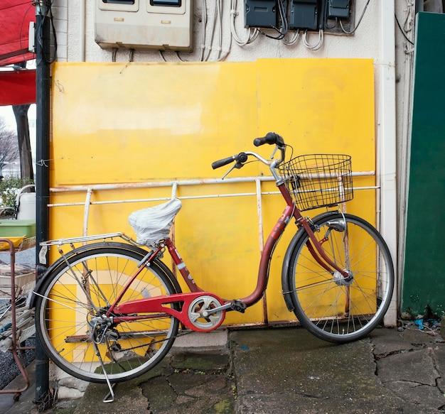 Vecchia bicicletta rossa con cestino