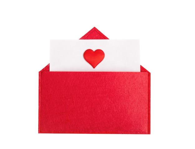 Busta rossa aperta con un foglio di carta con un cuore su uno sfondo isolato