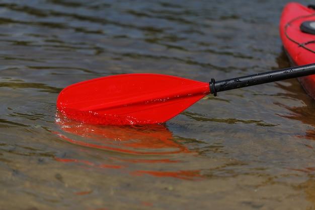 Pagaia rossa per rafting e kayak