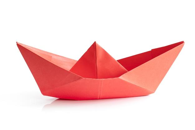 Barca di carta rossa isolata su priorità bassa bianca
