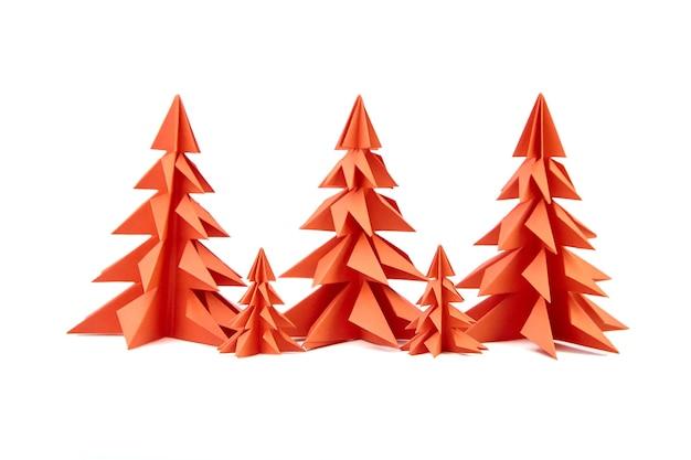 Alberi di natale di carta rossa isolati su bianco