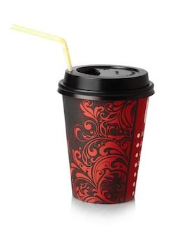 Il bicchiere di carta rosso da bere con la cannuccia isolata Foto Premium