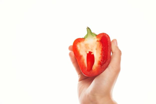 Peperone rosso a disposizione che cucina le verdure dell'ingrediente fondo leggero