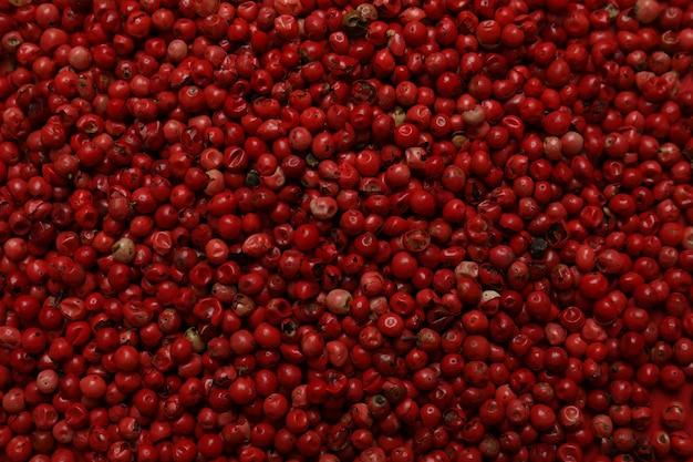 Grani di pepe rosso su fondo intero, primo piano