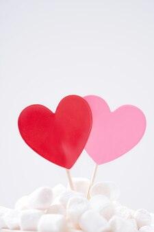 Cuori rossi e rosa in marshmallow su sfondo bianco. concetto di san valentino. avvicinamento