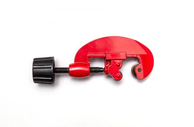 Tagliatubi rosso per riparazioni idrauliche su sfondo bianco isolato