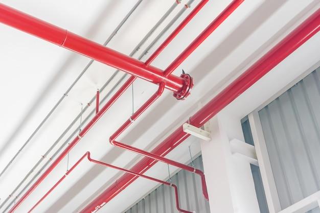 Conduttura rossa che estingue acqua in fabbricato industriale