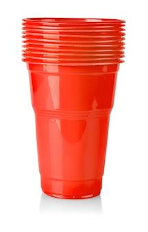 I bicchieri di plastica rossi su sfondo bianco