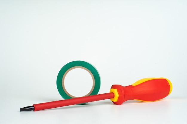 Cacciavite dielettrico in plastica rossa per lavori elettrici con punta isolata e nastro isolante verde