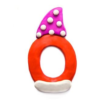 Alfabeto di lettera o di plastilina rossa in cappuccio a pois viola su sfondo bianco
