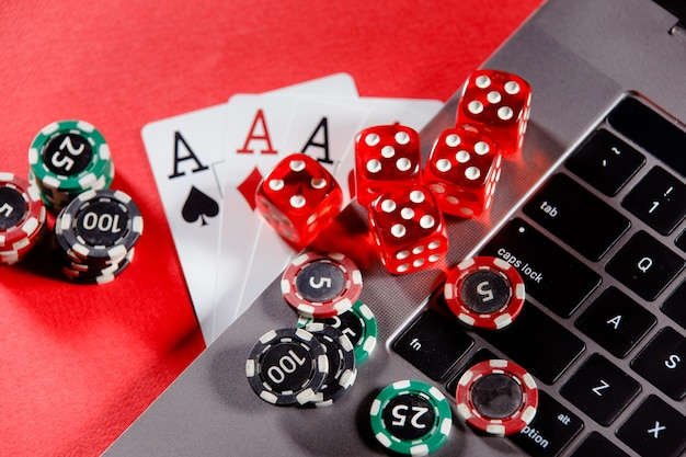 Fiches e carte di gioco dei dadi rossi con il tema del casinò in linea degli assi